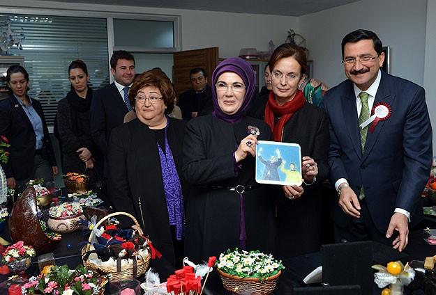 """Emine Erdoğan'dan """"girişimci kadınlara"""" sertifika"""